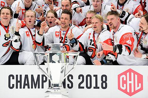 Jyväskylä-Spieler mit CHL-Pokal