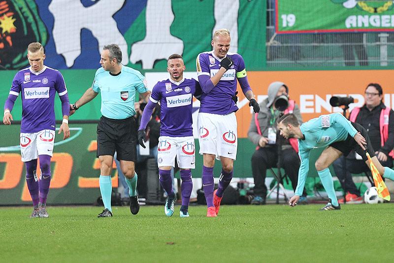 Christoph Monschein (A.Wien), Schiedsrichter Rene Eisner, Lucas Venuto (A.Wien) und Raphael Holzhauser (A.Wien)