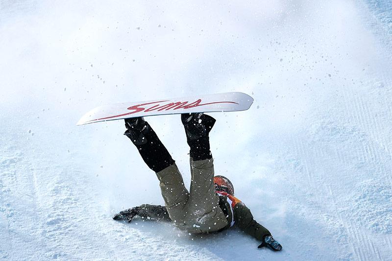 Stürzende Snowboarderin