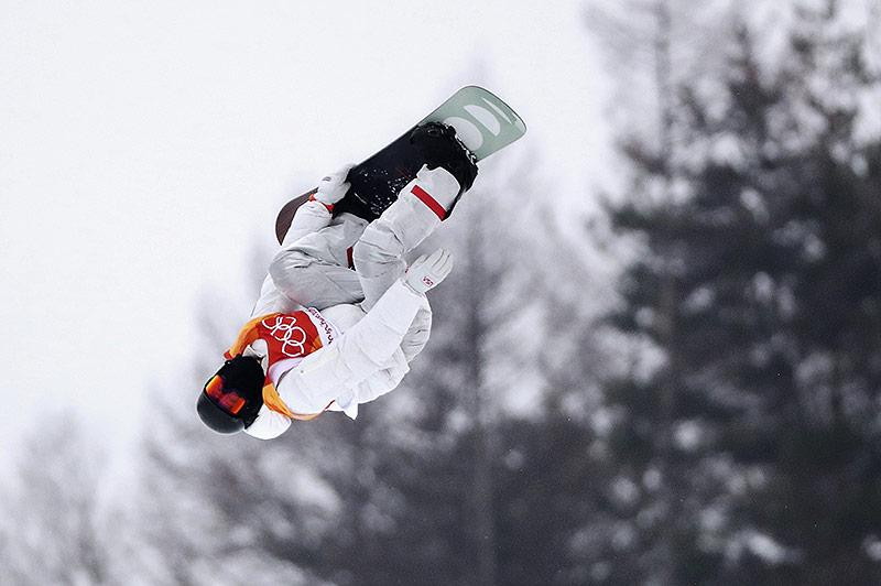 Shaun White beim Sprung in der Half Pipe