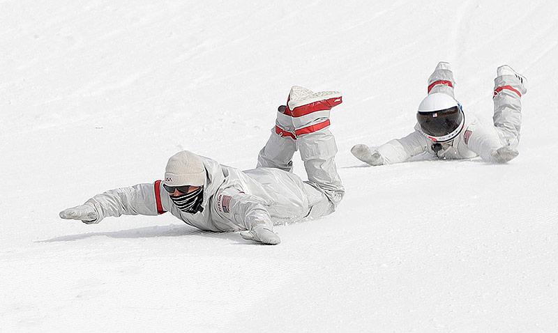 US-Snowboardteam rutscht nach dem Big Air Bewerb den Hang hinunter