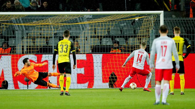 Valon Berisha (Salzburg) schießt ein Elfmetertor gegen Dortmund