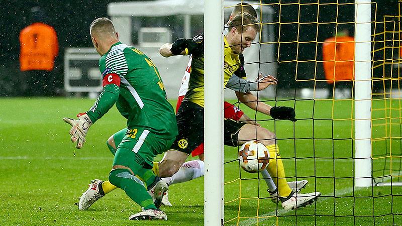 Andre Schürrle (Dortmund) schießt ein Tor gegen Salzburg