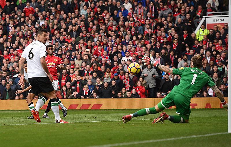 Marcus Rashford (Manchester United, 2.v.l.) blickt dem Ball nach