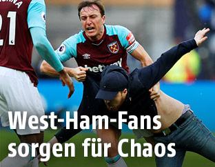 West-Ham-Spieler und aufgebrachter Fan