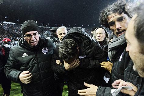 Olympiakos-Trainer Oscar Garcia bedeckt sein Gesicht