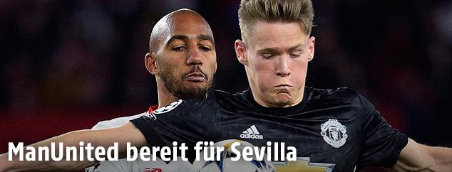 Scott McTominay (Manchester United) und Steven N'Zonzi (Sevilla)