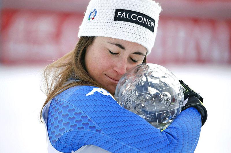 Sofia Goggia mit Abfahrtsweltcupkugel