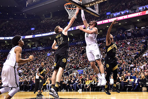 Joe Harris (Nets) und Jakob Poeltl (Raptors)