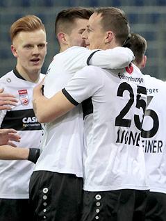 Altach-Spieler jubeln mit Johannes Aigner