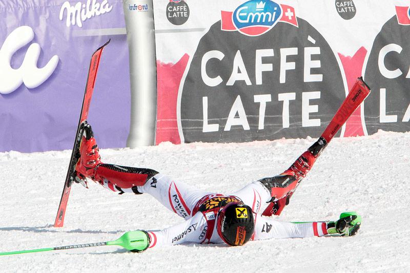 Marcel Hirscher liegt jubelnd im Schnee