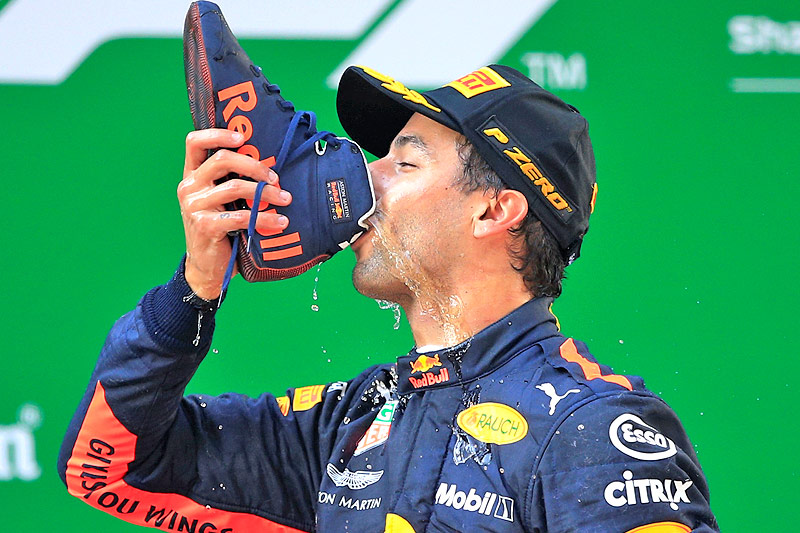 Red-Bull-Fahrer Daniel Ricciardo trinkt aus seinem Schuh