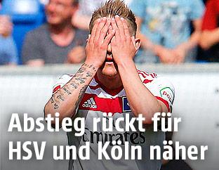 HSV-Spieler Lewis Holtby hält sich die Hände vor das Gesicht