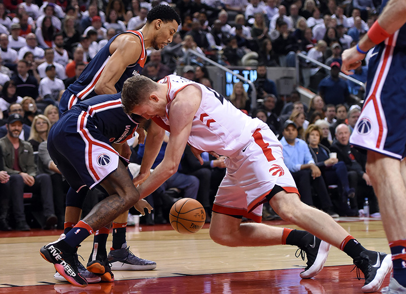 Jakob Pöltl (42) von den Toronto Raptors im Kampf mit den Washington Wizards