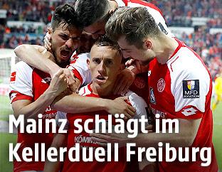 Pablo de Blasis (Mainz) jubelt mit seinen Mitspielern