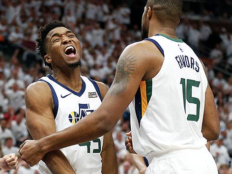 Derrick Favors und Donovan Mitchell (Utah Jazz) jubeln