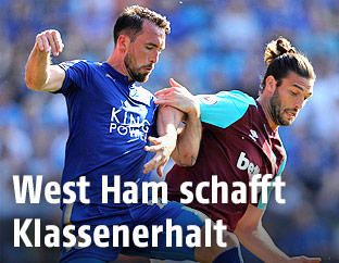 Christian Fuchs (Leicester City) und Andy Carroll (West Ham)