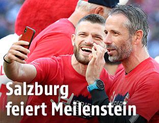 Valon Berisha und Trainer Marco Rose (RB Salzburg)