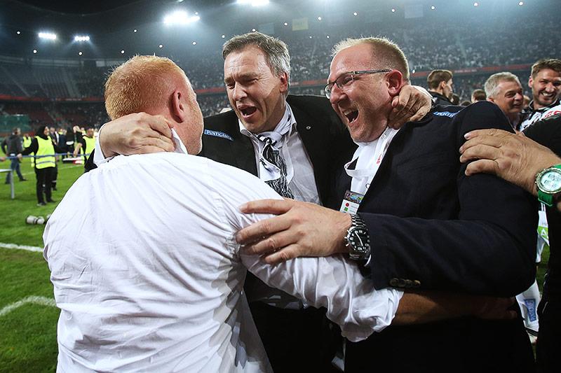 Sturm-Präsident Christian Jauk und Sportdirektor Günter Kreissl umarmen Sturm-Coach Heiko Vogel