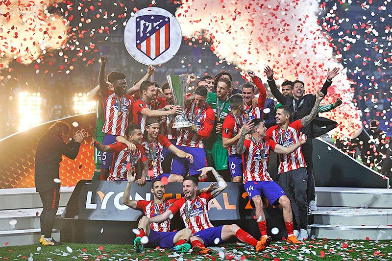 Atletico-Spieler mit Pokal