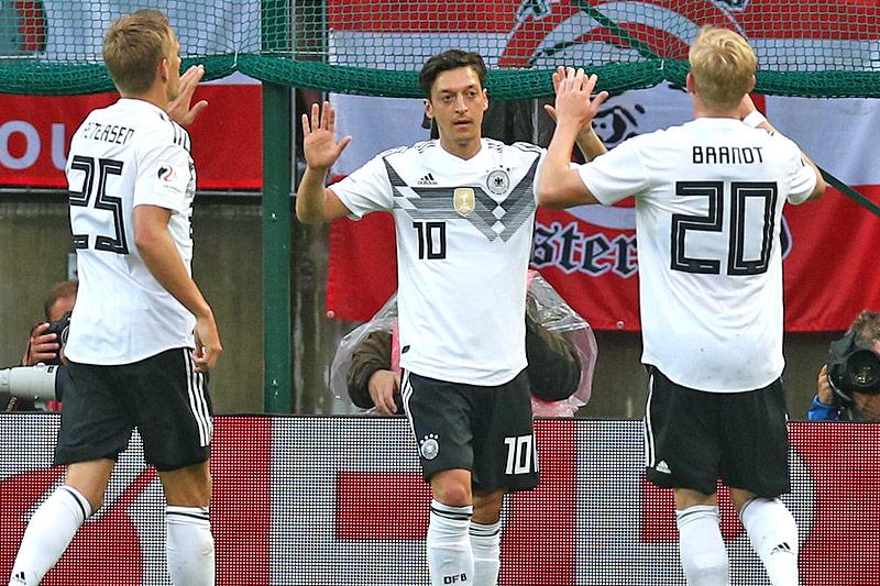 DFB-Torschütze Mesut Özil jubelt mit seinen Teamkollegen