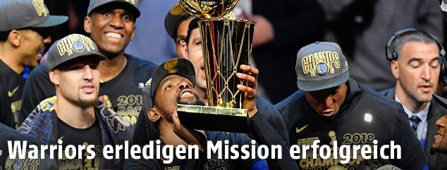 Kevin Durant (Golden State Warriors) mit Pokal