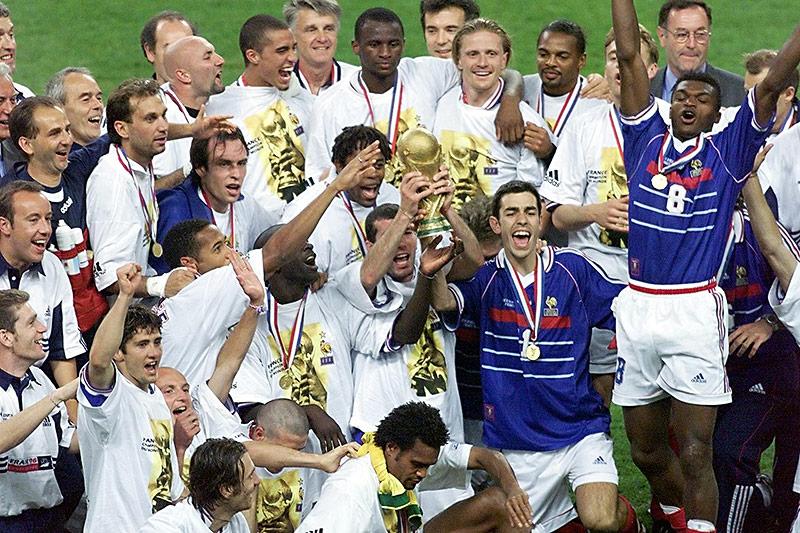 Die französische Mannschaft von 1998 jubelt mit dem Pokal der Weltmeisterschaft