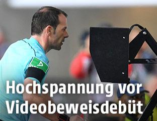 Schiedsrichter Marco Fritz mit einem VAR-System