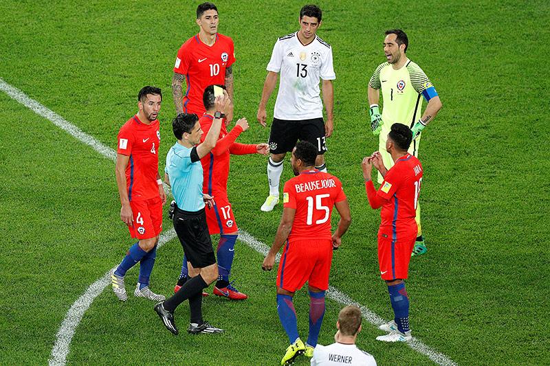 Schiedsrichter Milorad Mazic mit Spielern