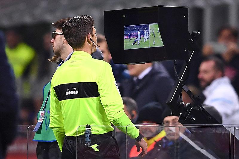Schiedsrichter Gianluca Rocchi schaut in ein VAR-System