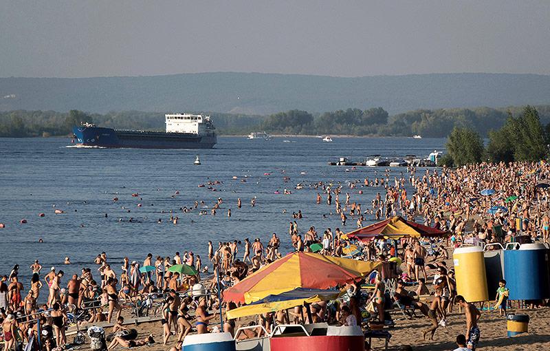 Menschen baden am Strand nahe Samara in der Wolga