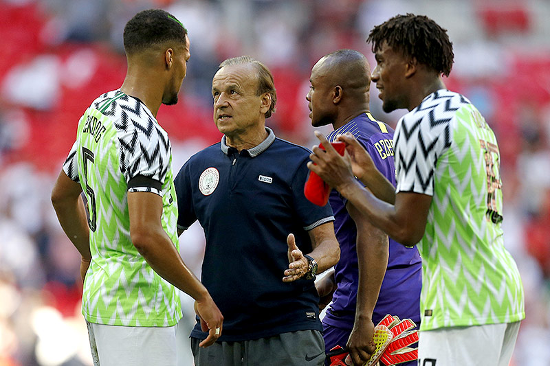 Nigerias Teamchef Gernot Rohr mit Spielern