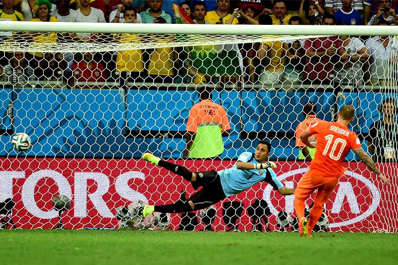 Wesley Sneijder (NED) schießt im WM-Viertelfinale 2014 ein Elfmetertor gegen Keylor Navas (CRC)