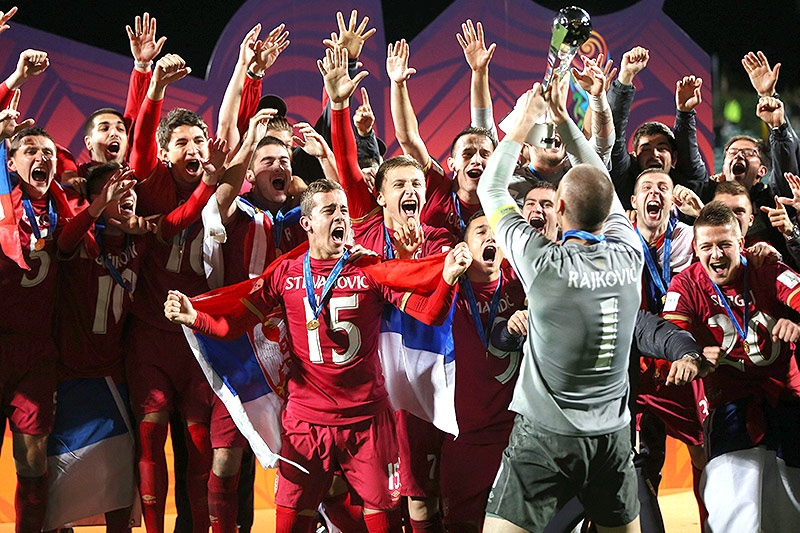 Serbiens U20-Spieler jubeln nach dem WM-Titel 2015