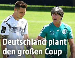 Niklas Süle und der deutsche Teamchef Joachim Löw