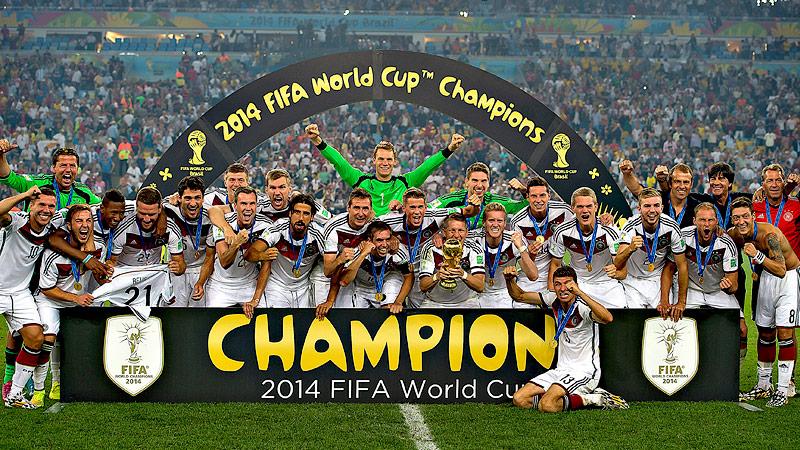 Deutsche Mannschaft nach dem WM-Sieg in Brasilien 2014 mit Pokal