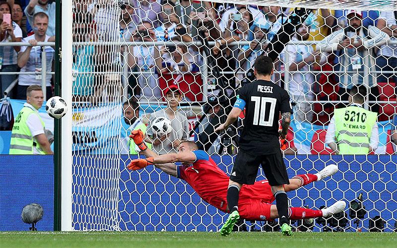 Halldorsson hält Elfer von Messi