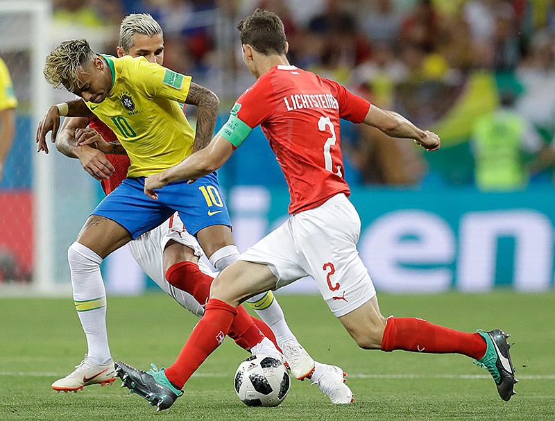 Neymar (BRA) und Stephan Lichtsteiner (SUI)
