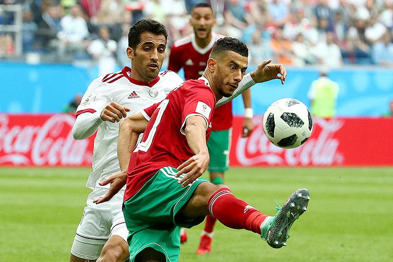 Zweikampf von Irans Wahid Amiri und Marokkos Younes Belhanda
