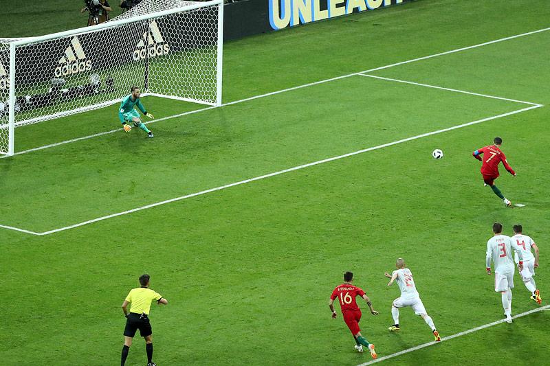 Cristiano Ronaldo (Portugal) schießt ein Elfmetertor gegen Spanien