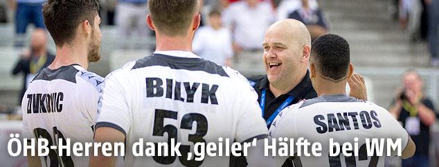 Patrekur Johannesson (Trainer AUT) jubelt mit Spielern der österreichischen Handball-Mannschaft
