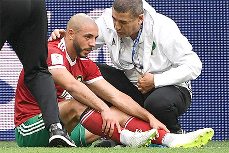 Marokkanischer Nationalspieler Noureddine Amrabat wird am Spielfeld medizinisch versorgt