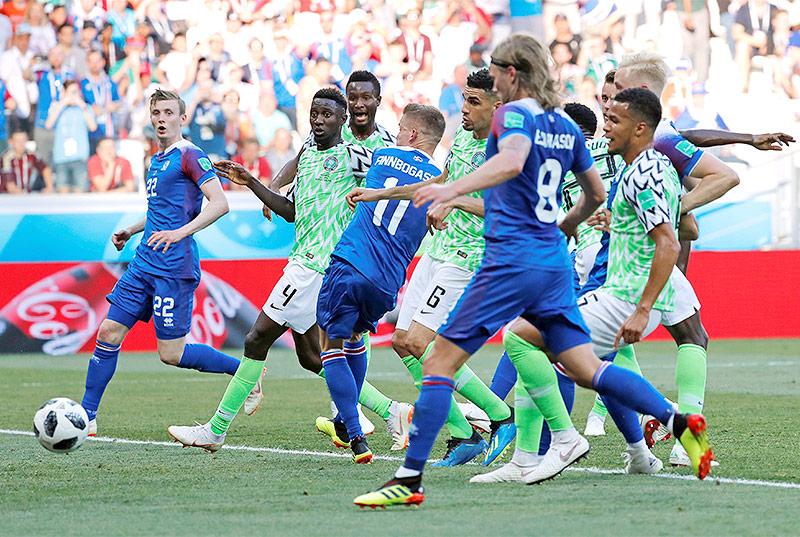 Nigerianische und isländische Spieler im isländischen Strafraum