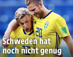 Ola Toivonen und Emil Forsberg (beide Schweden) jubeln