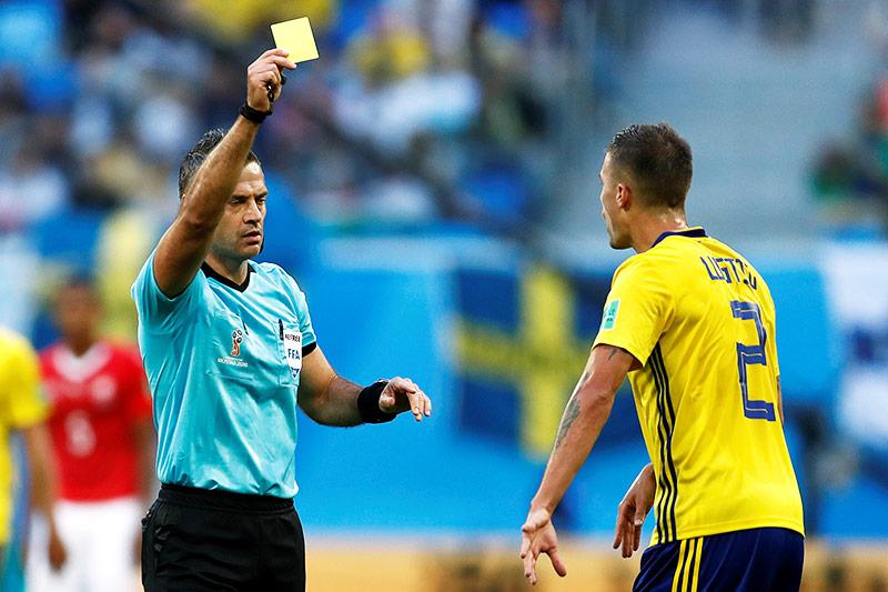 Mikael Lustig erhält Gelbe Karte