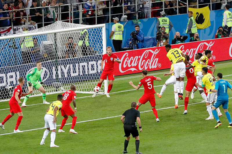 Kolumbiens Yerry Mina erzielt ein Kopfballtor gegen England