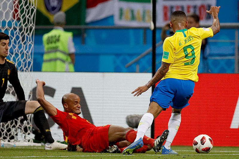 Elfmeteralarm bei einem Zweikampf von Belgiens Vincent Kompany und Brasiliens Gabriel Jesus