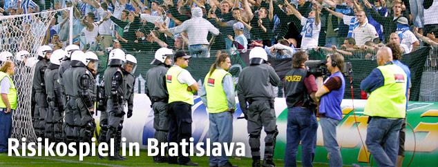 Fans und Sicherheitskräfte im Stadion