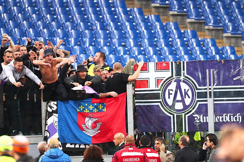 """""""Fans"""" im Stadion"""