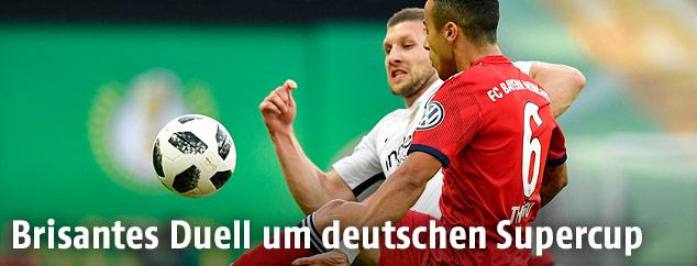 Ante Rebic (Frankfurt) gegen Thiago Alcantara (Bayern)